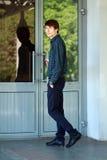 Молодой человек идя войти в Стоковые Изображения RF