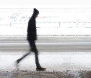 Молодой человек идя в зиму стоковые фото