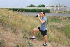 Молодой человек идя на след концепция образа жизни спорта перемещения Свежая вода молодого спортсмена выпивая Стоковые Изображения RF
