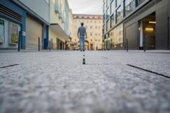 Молодой человек идя прочь центр города Штутгарта Германии Стоковые Изображения RF
