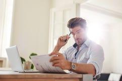 Молодой человек идя через офис обработки документов дома Стоковые Фотографии RF