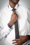 Молодой человек корпоративного бизнеса регулируя его связь Стоковые Фото