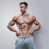 Молодой человек красивой силы атлетический с большими физическими данными Стоковые Изображения
