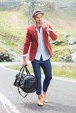Молодой человек курит на дороге Стоковые Изображения