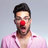 Молодой человек моды с красным носом сотрясен стоковое фото rf