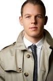 Молодой человек моды с trenchcoat стоковые изображения