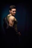 Молодой человек мышцы раздевая Стоковые Изображения RF