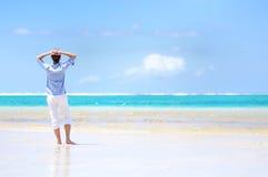 Молодой человек наслаждаясь видом на море Стоковые Изображения