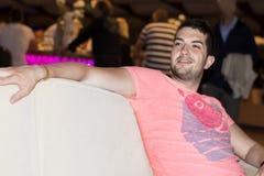 Молодой человек наслаждаясь каникулами в баре ночи Стоковое Изображение RF