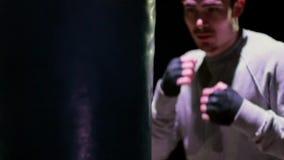Молодой человек на активной сумке бокса акции видеоматериалы