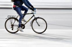 Молодой человек на велосипеде стоковые изображения rf