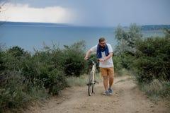 Молодой человек на велосипеде Стоковые Фотографии RF
