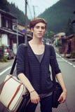 Молодой человек на дороге стоковое изображение