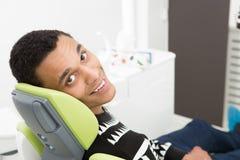 Молодой человек на офисе дантиста Стоковое Изображение RF