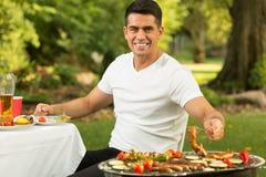 Молодой человек на партии барбекю Стоковые Изображения RF