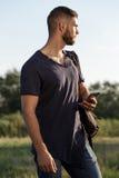 Молодой человек на походе в природе используя телефон Стоковые Изображения RF