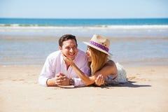 Молодой человек на пляже с его подругой Стоковые Фотографии RF