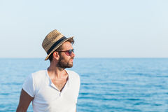 Молодой человек на пляже Стоковое Фото