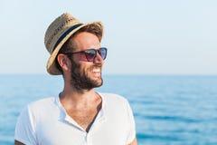 Молодой человек на пляже Стоковые Изображения