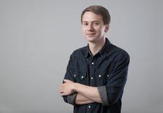 Молодой человек на сером цвете стоковые фотографии rf