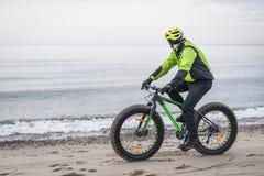 Молодой человек на тучном велосипеде Стоковое фото RF