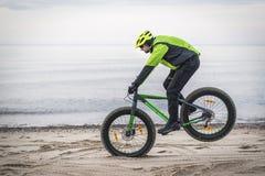 Молодой человек на тучном велосипеде Стоковые Фотографии RF