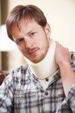 Молодой человек нося хирургический воротник Стоковое фото RF