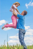 Молодой человек обнимая женщину стоковая фотография