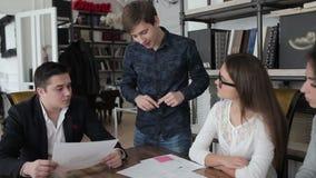Молодой человек объясняя что-то на план-графиках видеоматериал