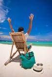 Молодой человек ослабляя в деревянном стуле на белизне Стоковые Фото