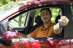 Молодой человек показывая ключи автомобиля стоковая фотография