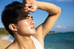 Молодой человек под горячей волной тепла лета Стоковое Изображение RF