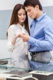 Молодой человек представляет обручальное кольцо к его девушке Стоковое Изображение RF