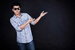 Молодой человек представляя и показывая ваши текст или продукт Стоковое фото RF