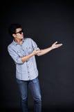 Молодой человек представляя и показывая ваши текст или продукт Стоковое Изображение RF