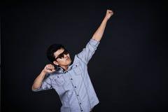 Молодой человек представляя и показывая ваши текст или продукт Стоковое Фото