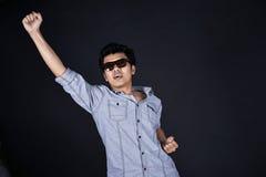 Молодой человек представляя и показывая ваши текст или продукт Стоковые Фото
