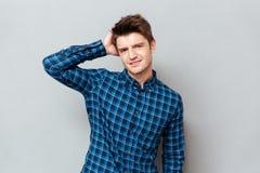 Молодой человек представляя на камере стоковая фотография rf