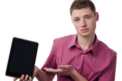 Молодой человек представляя таблетку. стоковая фотография