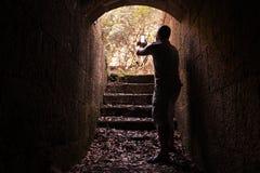 Молодой человек принимает фото на его умн-телефоне Стоковое Фото