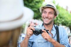 Молодой человек принимая фото его подруги Стоковая Фотография RF