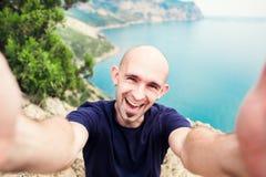 Молодой человек принимая selfie на trekking день отклонения - фото перемещения собственной личности парня битника на точка зрения Стоковая Фотография RF