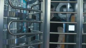 Молодой человек приходя через дверь сток-видео