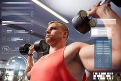 Молодой человек при гантели изгибая мышцы в спортзале Стоковое Фото