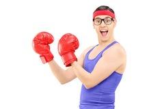 Молодой человек при перчатки бокса представляя для камеры Стоковое Изображение RF