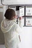 Молодой человек проверяя почтовый ящик Стоковая Фотография RF