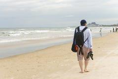 Молодой человек проходя мимо на пляж Китая в Danang Стоковые Фотографии RF