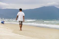 Молодой человек проходя мимо на пляж Китая Danang Стоковое Фото