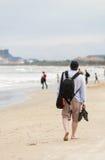 Молодой человек проходя мимо на пляж Китая Danang Стоковое Изображение RF