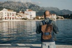 Молодой человек путешественника при рюкзак оставаясь самостоятельно смотрящ к se Стоковые Фотографии RF